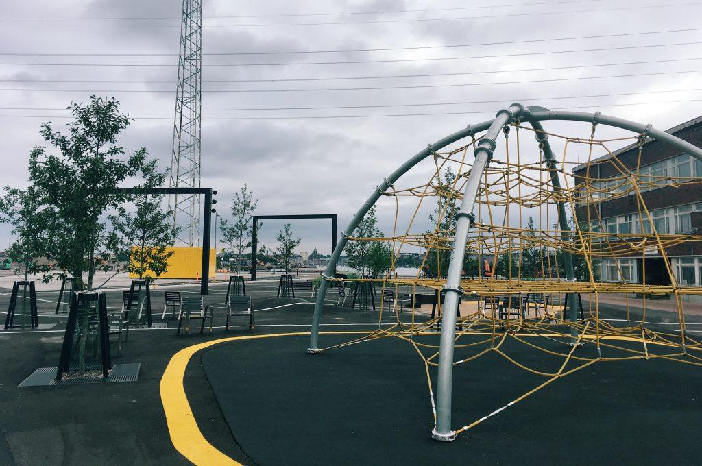 Leikkipaikat ympäri kaupunkia tarjoavat tekemistä pienille ja hyvän syyn seikkailla uusissa paikoissa. Kuva Kalasataman leikkipaikalta.