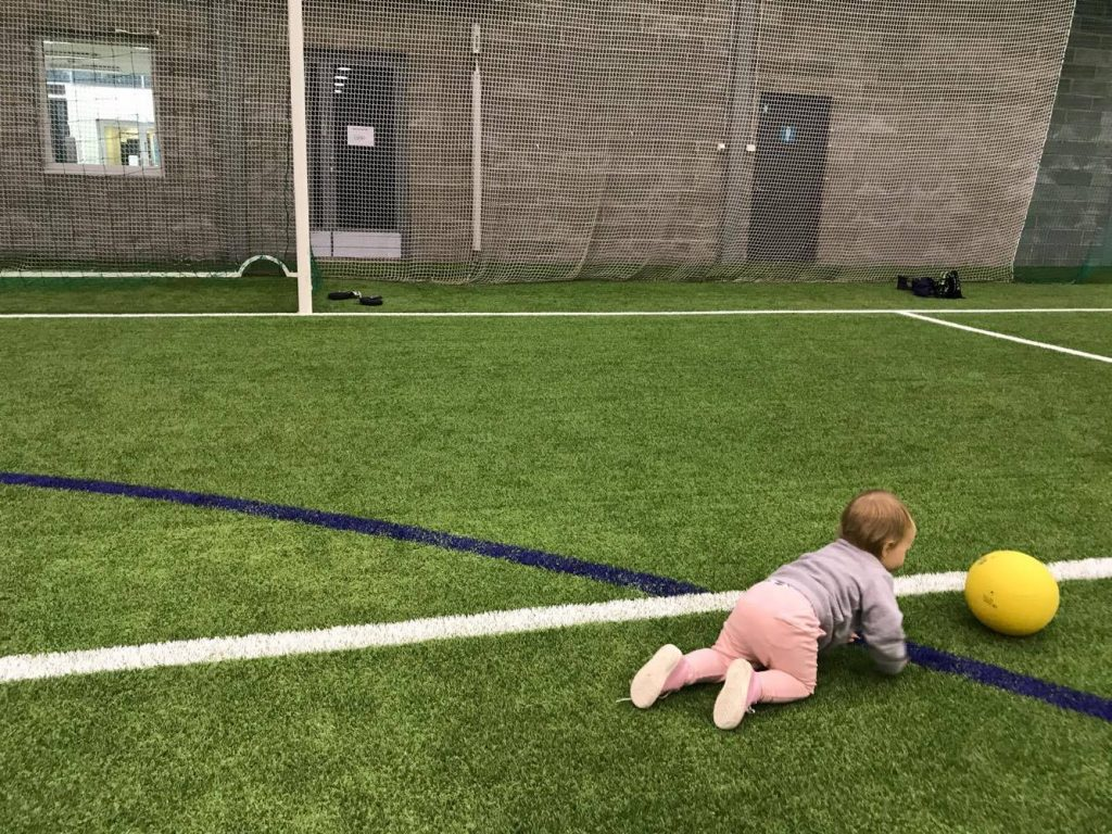 Perhepalloilu sopii myös konttaaville ja kävelyä harjoitteleville pienille.