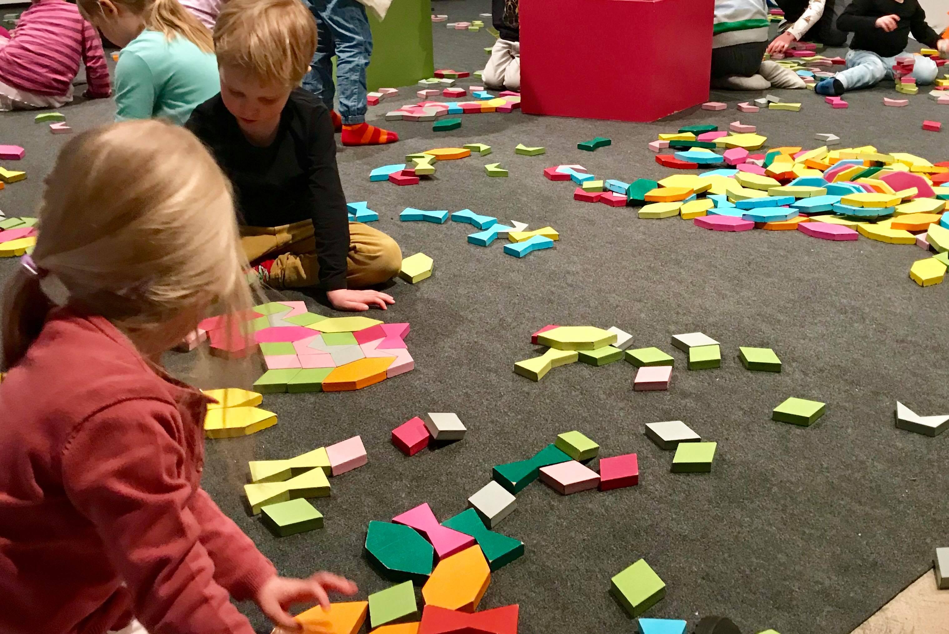 Helsingin kaupunginmuseossa pääsee leikkimään ja rakentelemaanKari Delcosin Leikkiä laatoilla teoksella Helsinki-päivänä.