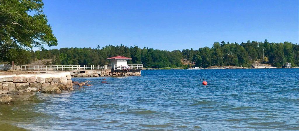 Porvariskuninkaanpuiston uimarannalla on myös vanha uimalaituri.