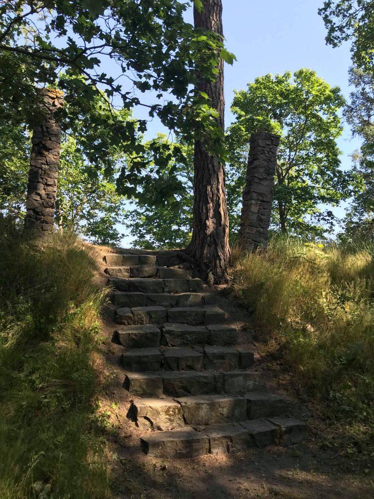 Vanhan huvilan kivijaltaa ja Krimin sodan aikaisia raunioita löytyy Matosaaresta.