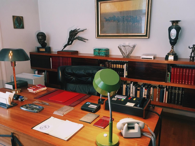 Presidentin työhuone Tamminiemen ensimmäisessä kerroksessa. Huoneeseen johtavat ovet on äänieritetty.