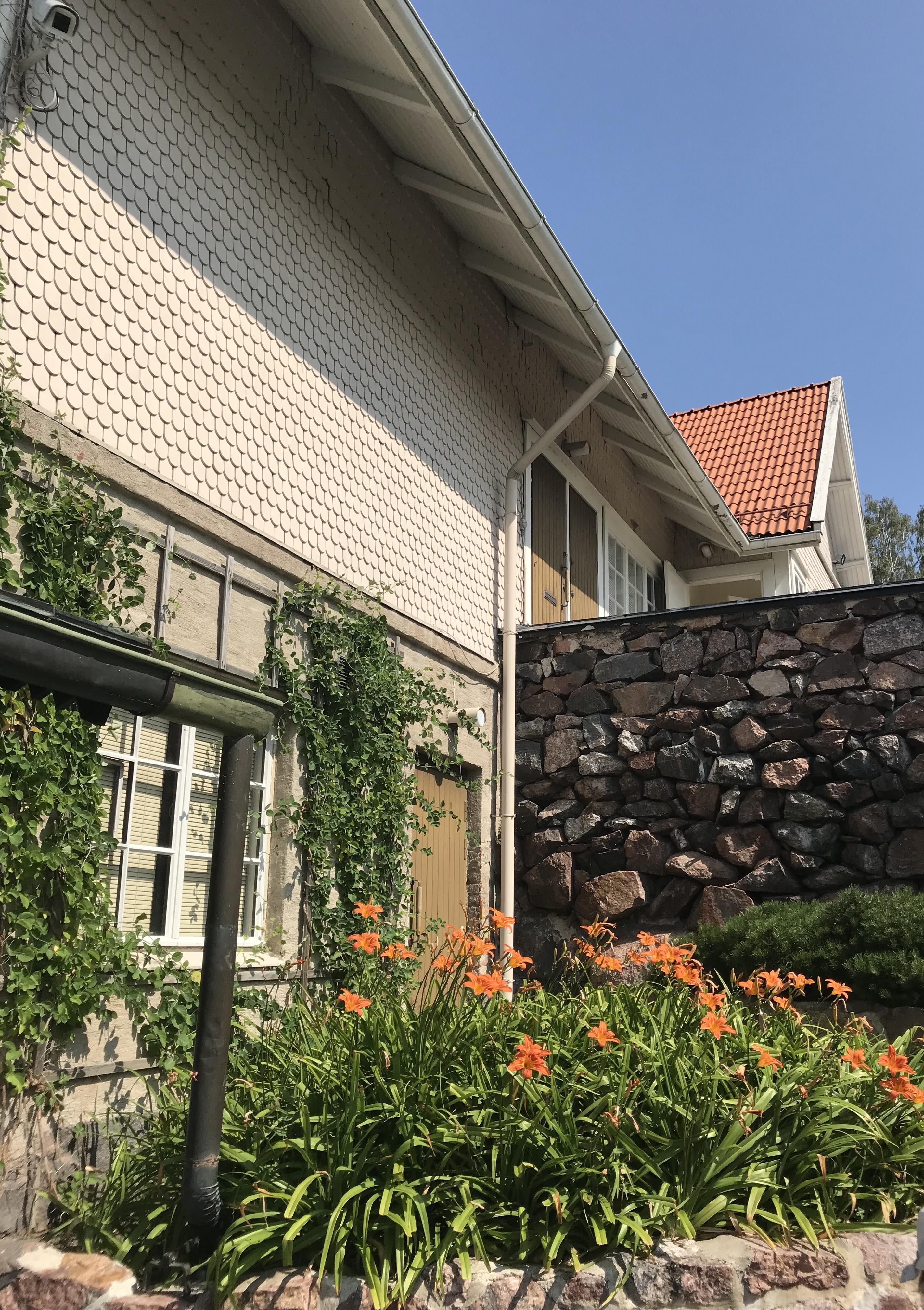 Tamminiemen sivurakennuksessa toimii museon kahvila.