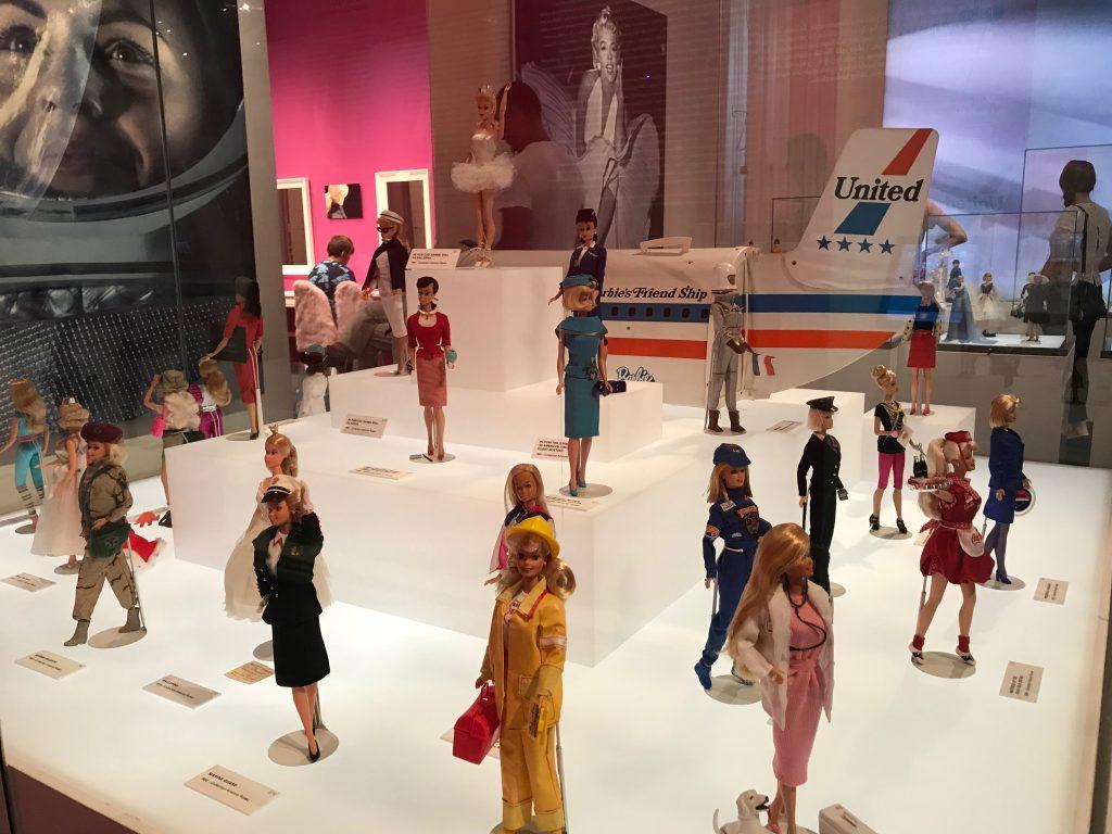 Barbeja eri ammateissa. Kansallismuseon Barbie - The Icon -näyttely.