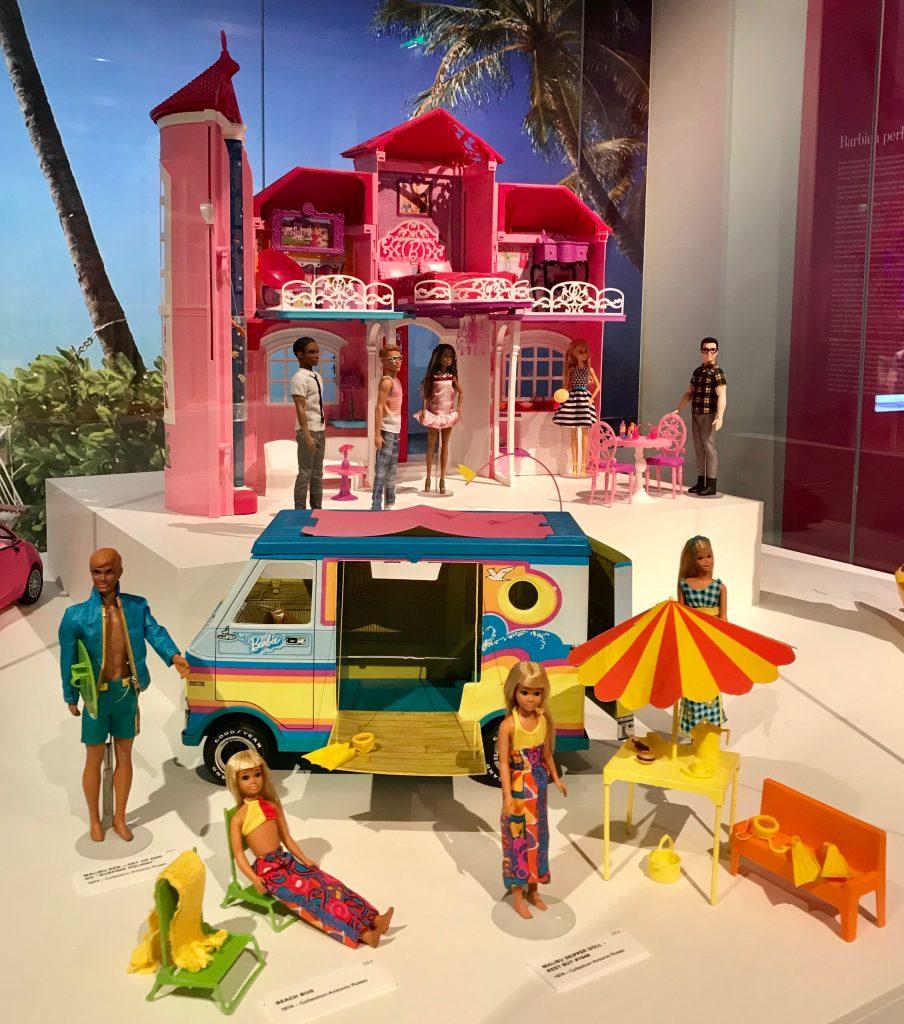 Barbie -erikoisnäyttelyssä Kansallismuseossa.