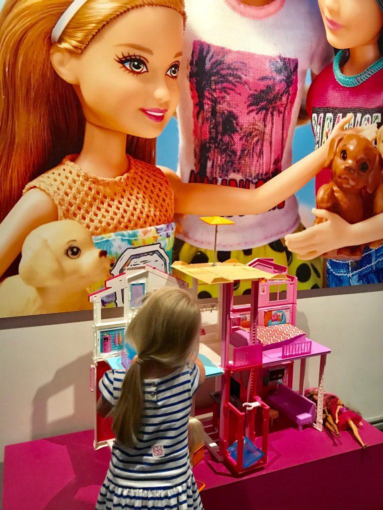 Museokaverin mielestä parasta näyttelyssä oli Barbie-talo, jolla sai leikkiä.