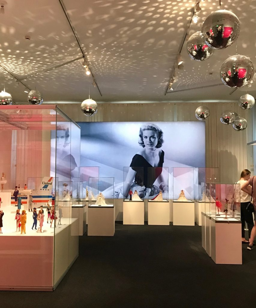 Barbie -The Icon -erikoisnäyttely Kansallismuseossa on kimalletta, glamouria ja paljon pinkkiä.