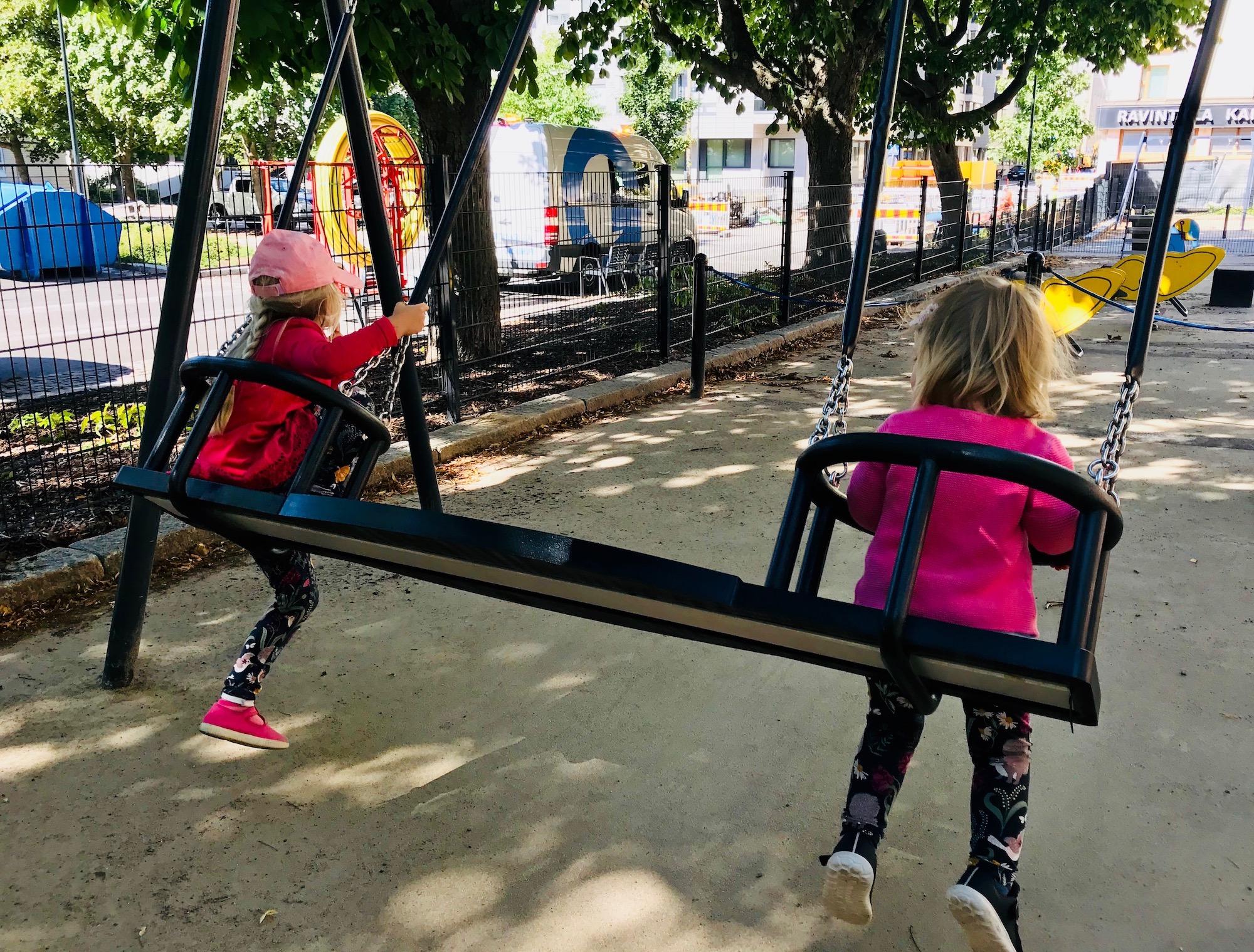 Köydenpunojanpuistikon leikkipaikasta löytyy mahtava innovaatio: yhteiskeinu!