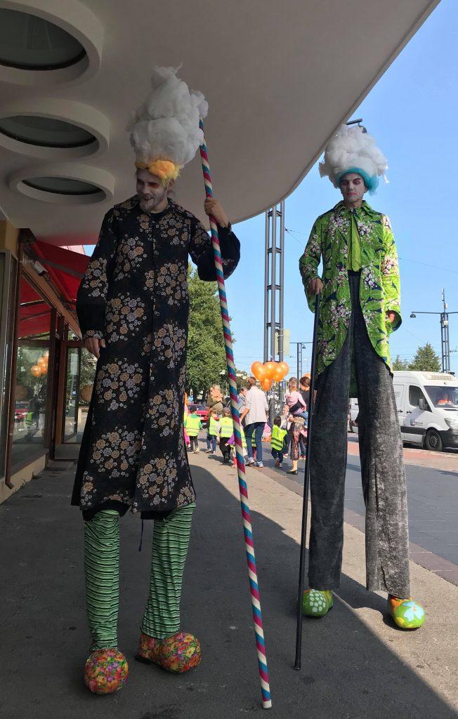 Tanssiteatteri Hurjaruuth viihdytti avajaisvieraita.